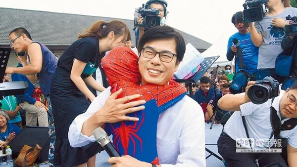 高雄市陳其邁8日邀支持者喝咖啡人氣爆棚,打扮蜘蛛人的小妹妹被請上台與陳其邁擁抱。(曹明正翻攝)