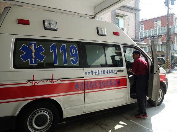 屏東縣消防局龍泉消防分隊唯一的救護車,就是103年吳寶春以母親的名義捐贈。記者翁禎霞/攝影