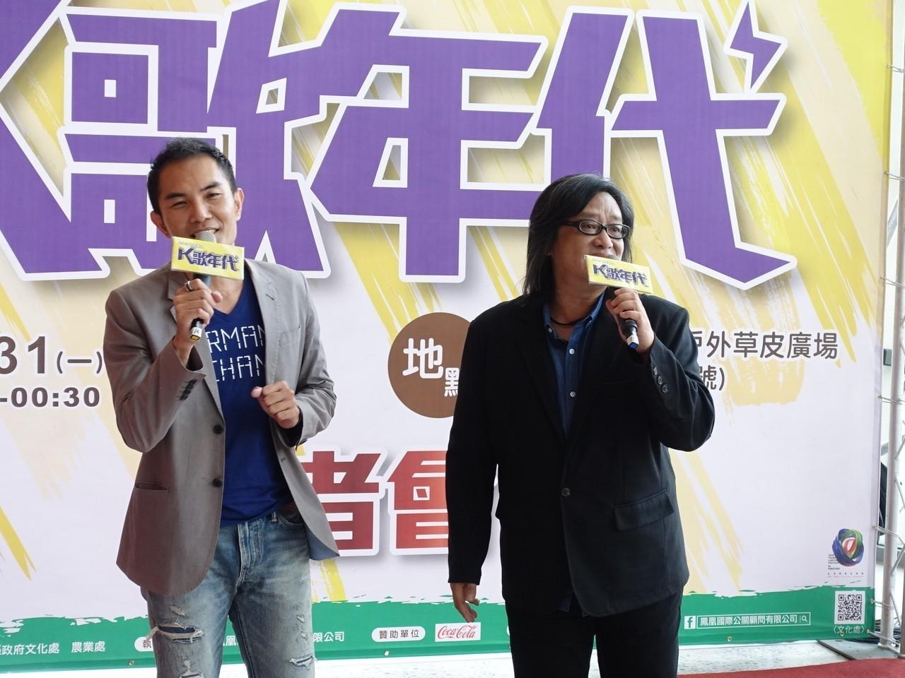 為了宣傳屏東跨年活動,屏東縣文化處長吳明榮(左)今天更與金曲歌手施文彬(右)合唱,先為跨年活動開唱。記者翁禎霞/攝影
