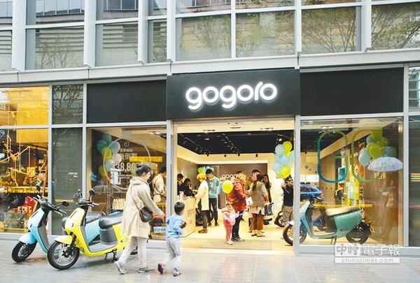 許多人購買電動機車,看準的是不用再花油錢,不過專家表示,後續開銷未必會低;圖為Gogoro門市。(中國時報資料照片)