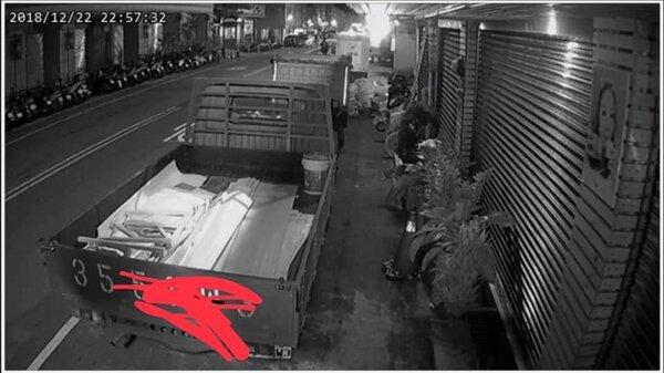 藝人楊繡惠店門口被一輛貨車停了3天找不到車主。(圖/擷取自楊繡惠臉書)