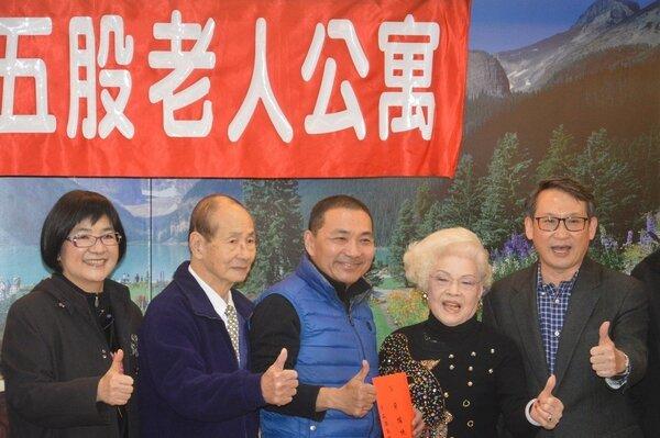 侯友宜(中)致贈加菜金,左一為社會局長張錦麗。記者施鴻基/攝影