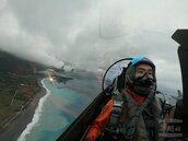 花蓮七星潭迎曙光 國防部披露F-16戰機空中視角
