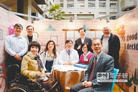 聯合醫院舉辦「預立醫療照護諮商」體驗活動,衛生局長黃世傑(後排右二)及聯合醫院總院長黃勝堅(中)盛裝出席。(李依璇攝)