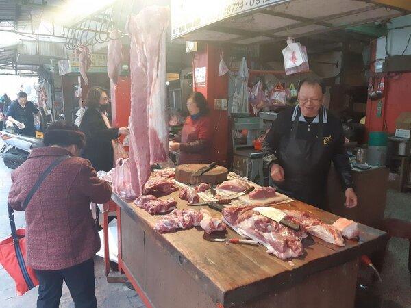 豬肉拍賣價緩步走跌,但傳統市場價格未明顯波動。 圖/聯合報系資料照片