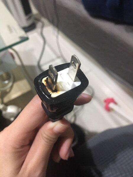 電暖器突然無法使用,插頭呈焦黑狀。(圖/擷取自mm33bl)