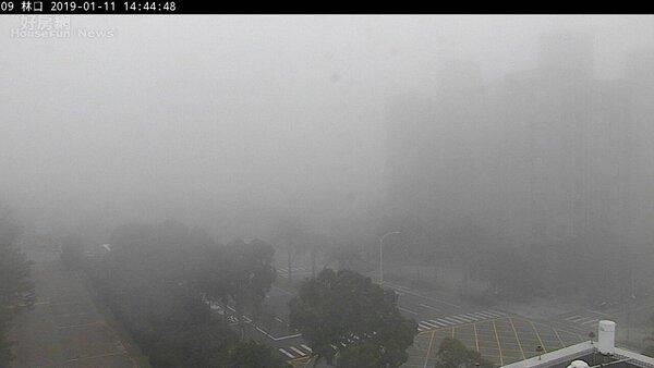 林口空品檢測站即時畫面遭濃霧籠罩。(圖/空氣品質檢測網)