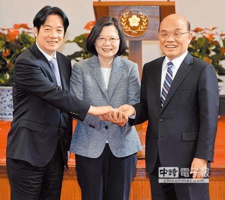總統蔡英文(中)11日在行政院長賴清德(左)總辭後,宣布由蘇貞昌(右)接任院長,並互相握手致意。圖/王德為