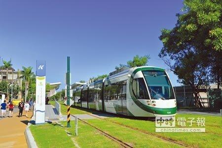 高雄輕軌一期通車之後,成為市區與鹽埕區的重要交通工具。圖/顏瑞田