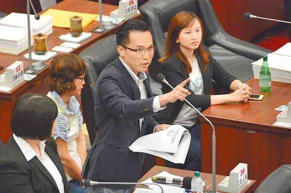 民進黨高市議員林智鴻13日準備27道「高雄學堂」題目,在議事廳一一詢問市長韓國瑜,內容瑣碎,韓認為議員刻意刁難,不願配合回答。(林宏聰攝)