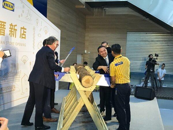 IKEA新店店開幕進行瑞典傳統鋸木儀式。李彥穎攝