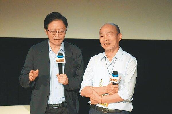 前行政院長張善政(左)19日誇讚在高雄市長韓國瑜(右)身上,看見國家領導人的兩項特質。(柯宗緯攝)