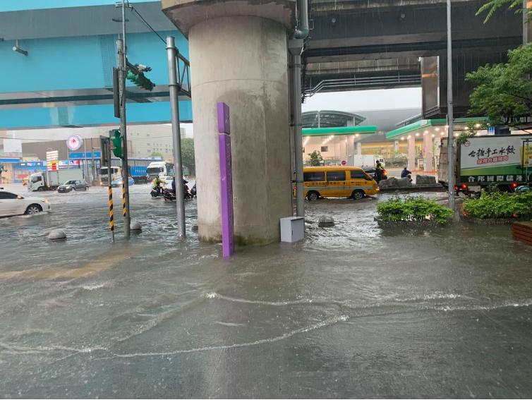 桃園機場捷運A8長庚醫院站外,上午10點路面出現大量積水,積水深度30公分。記者許政榆/翻攝