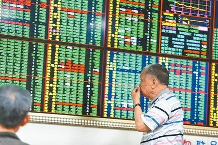 陸美貿易戰談不攏,嚇趴台股投資人的信心,未來半年投資股票時機指標,驟跌幅度達35.8點,創史上最大跌幅紀錄。(本報資料照片)