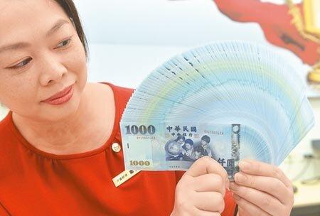 美元意外跌跤,讓悶了一個月的亞洲主要貨幣難得抬頭,人民幣中間價衝上6.8896,單日升值96個基本點,韓元馬上跟上,也回升到1179附近,新台幣趁勢闖關31.6、31.5元,一度強升近2角,最高價來到31.426元。(本報資料照片)