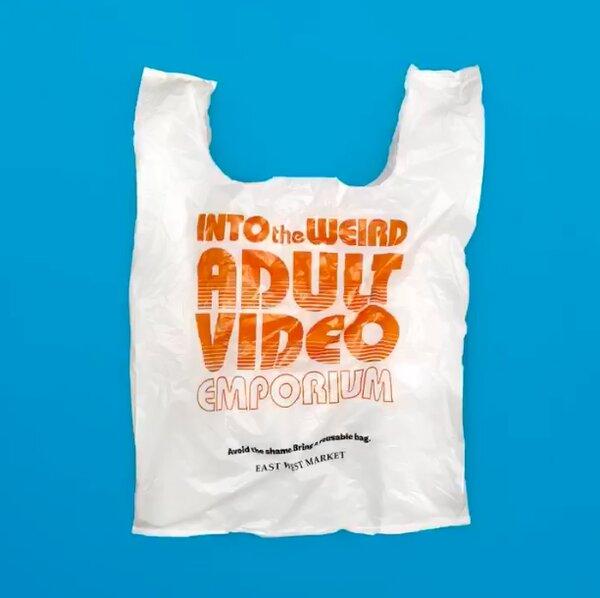 East West超市推出可恥塑膠袋,目的為降低顧客使用一次性塑膠袋。取自East West超市(@eastwestmarket4169)臉書