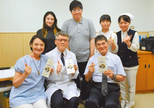 資深藝人譚艾珍(前排左)和女兒歐陽靖(後排左)在台北慈濟醫院簽署預立醫療決定書。(圖/中時葉書宏翻攝)