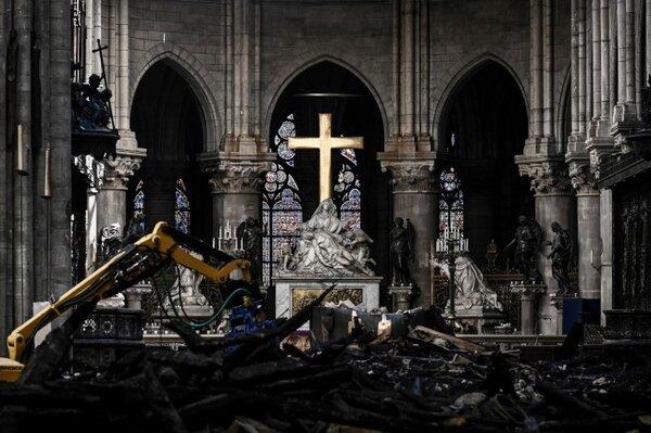 巴黎聖母院4月中因大火嚴重受損,當時法國各大富豪紛紛宣布慷慨解囊協助重建,總金額將近10億美元,但美聯社15日引述教會與業界人士說法,事發至今滿兩個月,這些富豪根本一毛錢都還沒捐。(美聯社)