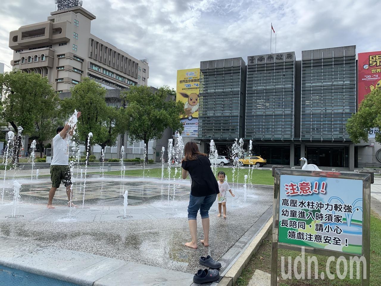 台南市民治市政中心市民廣場兒童戲水池和音樂水舞,是最佳遛小孩的地方