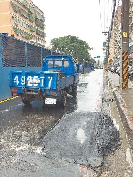 捷運三鶯線開挖後,土城中央路四段路面出現多個大洞,且地基被掏空,台電等事業單位緊急灌漿防止擴大。(許哲瑗攝)