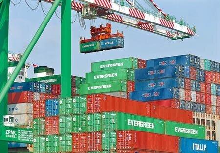 貿易戰衝擊,打亂企業布局,需重整供應鏈。圖為高雄港70號碼頭旁大型貨輪貨櫃吊掛作業情景。(本報資料照片)