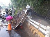 恐怖!北市內湖公車候車亭倒塌 兩婦遭壓傷送醫