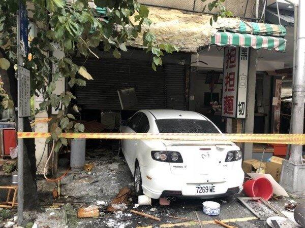 台中市漢口路三段一家黑白切麵店29日下午發生氣爆,現場滿目瘡痍。(圖/馮惠宜攝)