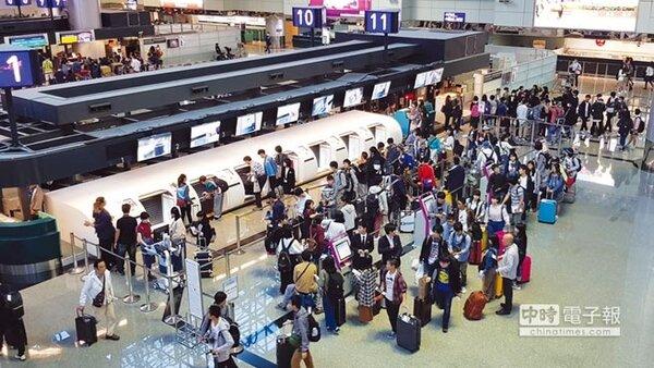 繼機場捷運A1站之後,桃園機場在第二航廈3樓出境大廳也設置了自助行李託運櫃檯專區,吸引了許多出國民眾聰明使用,體驗科技帶來的便利。 圖/桃園機場公司提供