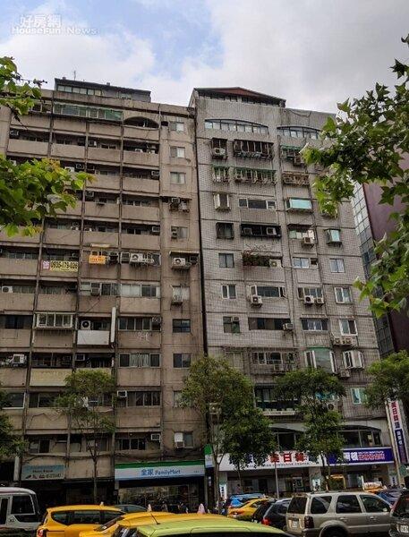 台北市信義路四段的富貴角大樓,經過建管處勘查後,確認無立即危險,住戶已經陸續返回。照片台北市建管處提供