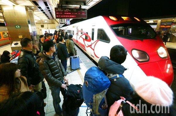 為紓解旅客乘車需求,台鐵將於5月2日起,開放全線普悠瑪號、太魯閣號等新自強號站票,並於乘車當天限量發售,每列次共120張。聯合報資料照片
