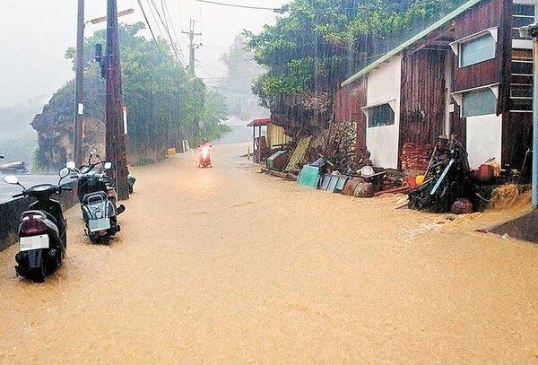 小琉球上午時雨量罕見達43.5毫米,雨水夾帶土石泥沙沿路面形成一條小黃河。(翻攝自臉書小琉球聯盟)