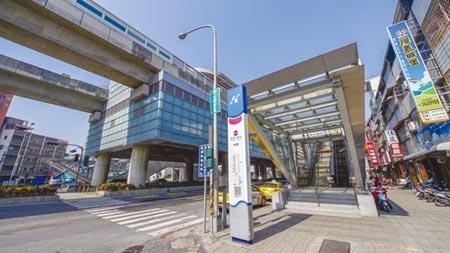 高雄捷運R21都會公園站周邊,吸引多家建商搶進推案。圖/顏瑞田