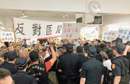 北市府昨於社子島舉行拆遷安置說明會,支持與反對居民隔空互嗆,場面火爆 。記者吳堂靖攝影