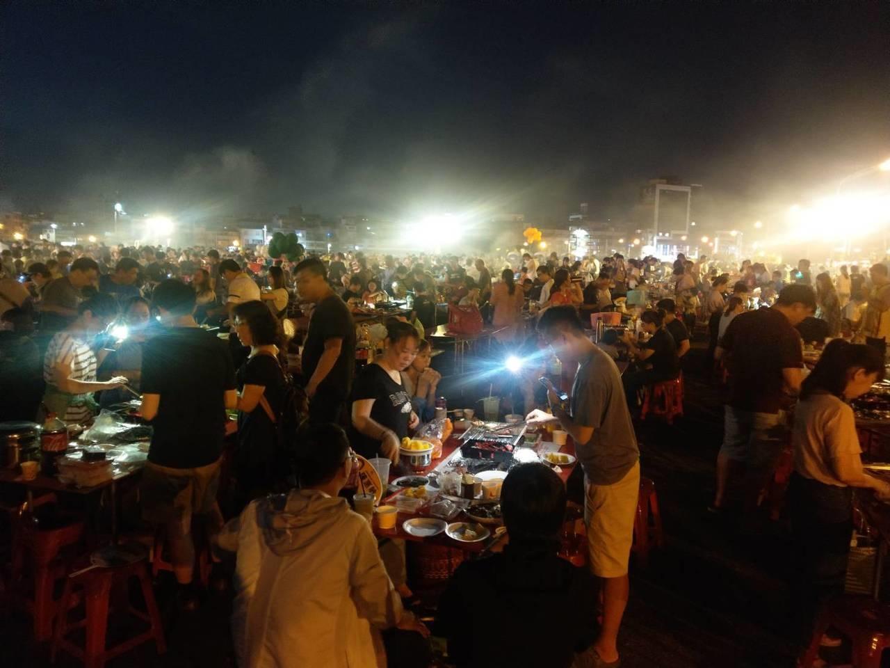 高雄建商利用周末傍晚辦活動,辦五千人烤肉電音派對。記者謝梅芬/攝影