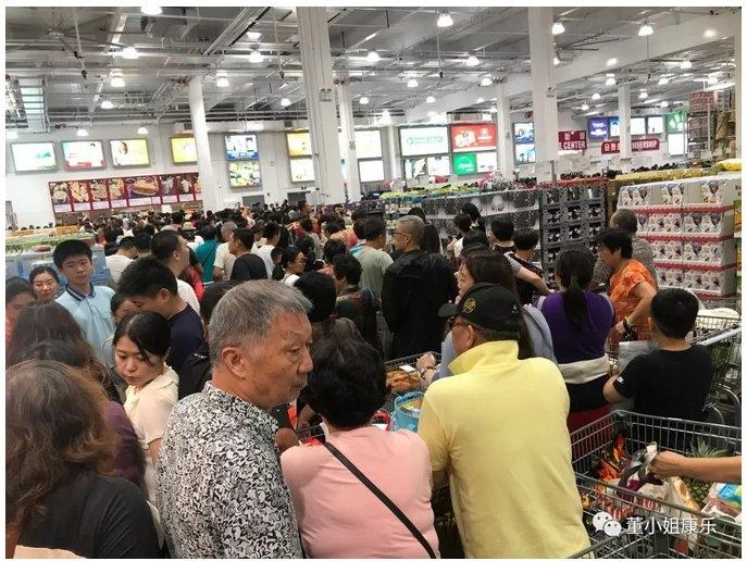 網友在微信po文,揭發上海好市多開幕當天在賣場中所見顧客種種行為。摘自微信