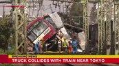 日本橫濱京急線列車與貨車相撞 至少30傷