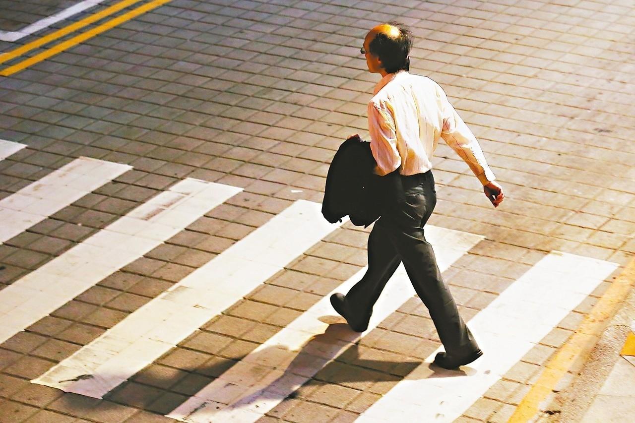 多數勞工容易將勞退與勞保搞混,更不懂那筆退休金是一次領,那筆是按月領,因此無法清楚估算自己的退休金。 本報資料照片