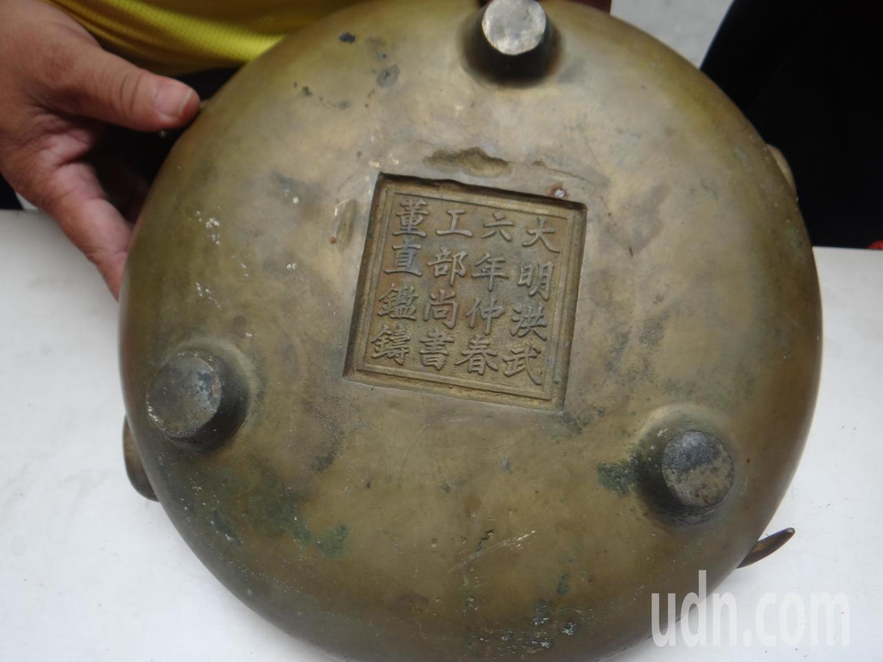 鳳天寺找出明代的古銅雙龍淨爐,十分珍貴。記者蔡維斌/攝影