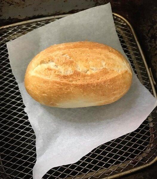 一名女網友狂推這款CP值超高的「半熟麵包」,不僅外酥內軟,而且一個只要6元,不少人看到後紛紛留言力推「真的超好吃」。圖擷自Costco好市多商品經驗老實說