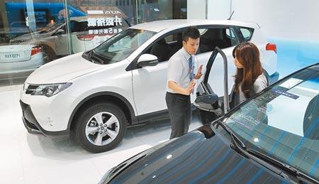 選舉利多大放送,汽機車減稅,最快於今年底明年初可望適用。圖為汽車經銷商業務員向民眾介紹購車優惠。(本報資料照片)