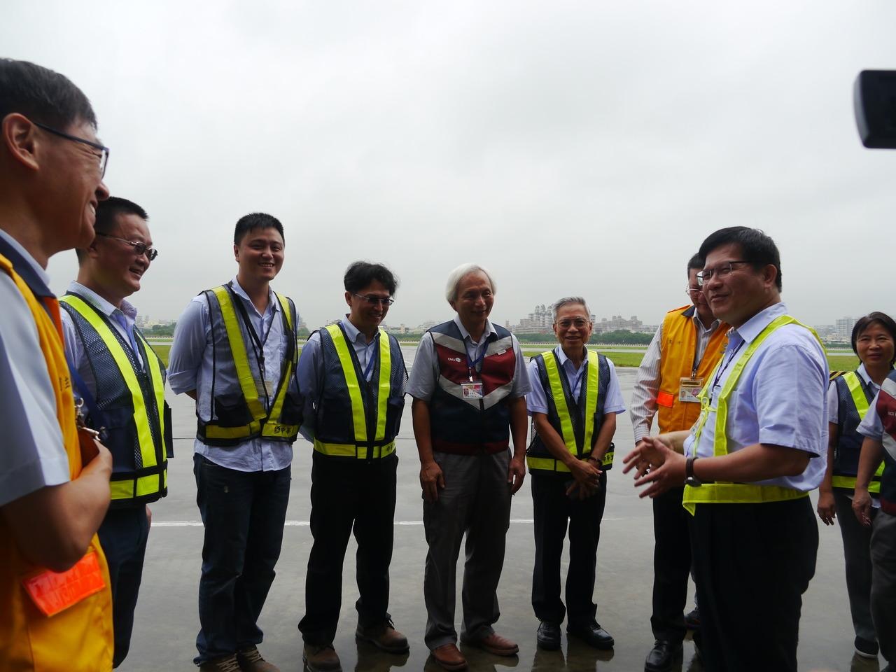 交通部長林佳龍(右)視察高雄機場跑道整建工程完工現況,慰勉第一線人員辛勞。記者徐白櫻/攝影