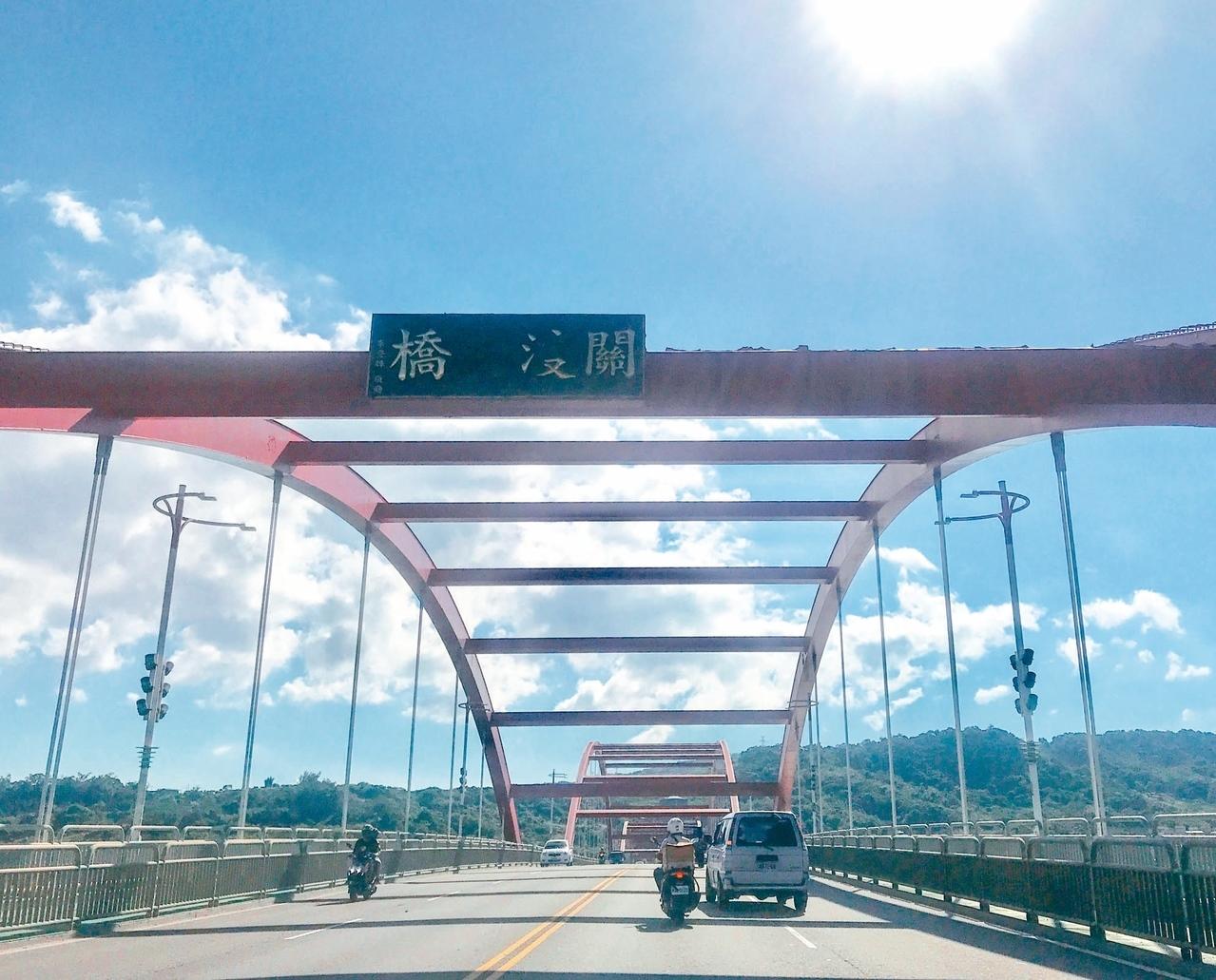 淡水往八里方向的關渡大橋,關渡大橋4個字,「渡」已看不清楚。 記者王敏旭/攝影