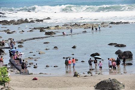 富山漁業資源保育區14日舉辦生態漁業祭,讓遊客親近海洋。 圖/莊哲權攝