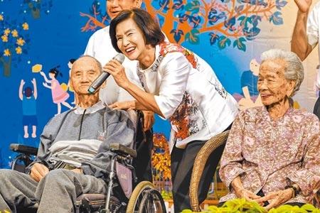 宜蘭縣百歲人瑞林阿南(左)與林桂英昨在縣府重陽敬老活動中,上台接受縣長林姿妙(中)的祝福,林姿妙也感謝長者們對社會的付出與貢獻。(李忠一攝)