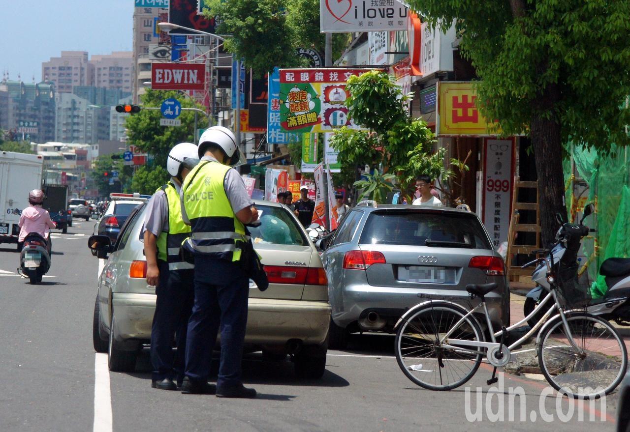 高雄警方取締違規併排停車。記者林保光/攝影
