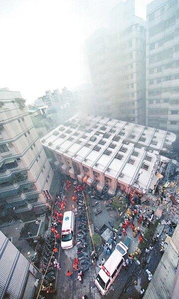 921地震20周年,政府進行結構快篩,目前6層樓以上快篩仍有2萬件未完成,將在明年底全數完成。圖為921地震導致新莊大樓倒塌。(本報資料照片)
