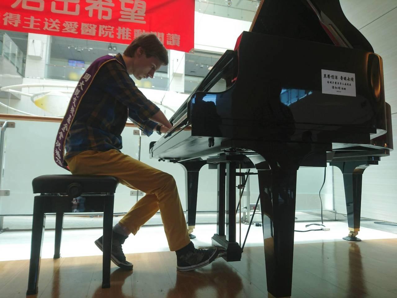 沒有手怎麼彈鋼琴?俄羅斯鋼琴家羅曼諾夫天生沒手,今天在陽明大學附設醫院演奏,一曲動容。記者羅建旺/攝影