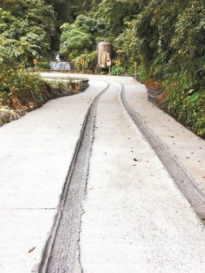 南投縣仁愛鄉力行產業道路未乾的水泥路面,上周遭車輛強行駛過,留下2道又長又深輪胎痕。 圖/聯合報系資料照片