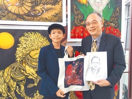 泰國經貿辦事處邀請12歲藝術家Armani Wachirawit Samart(左)到場,當場畫了1張故宮院長吳密察的畫像。圖/記者張亦惠攝影