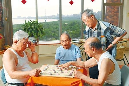 保險業拚跨業結盟,攜手共生宅業者,提供一站購足的保險需求。圖為安養機構銀髮族休閒的畫面。圖/本報資料照片